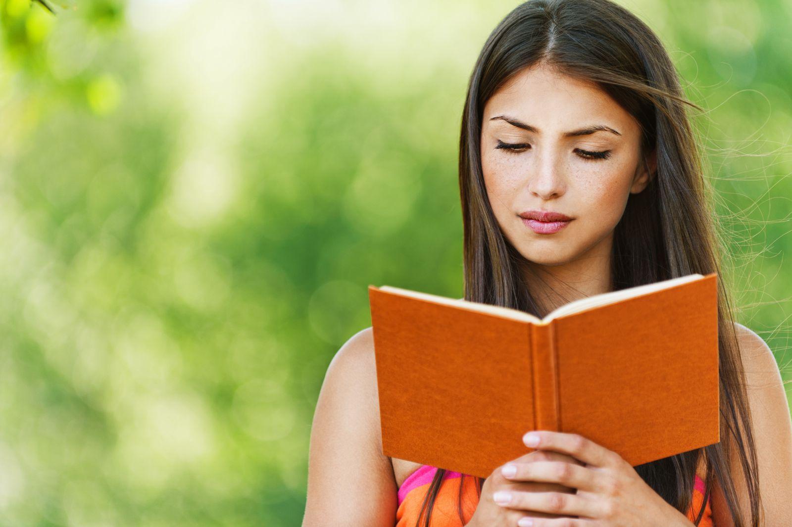 Фото девушки с книгой в руках фото